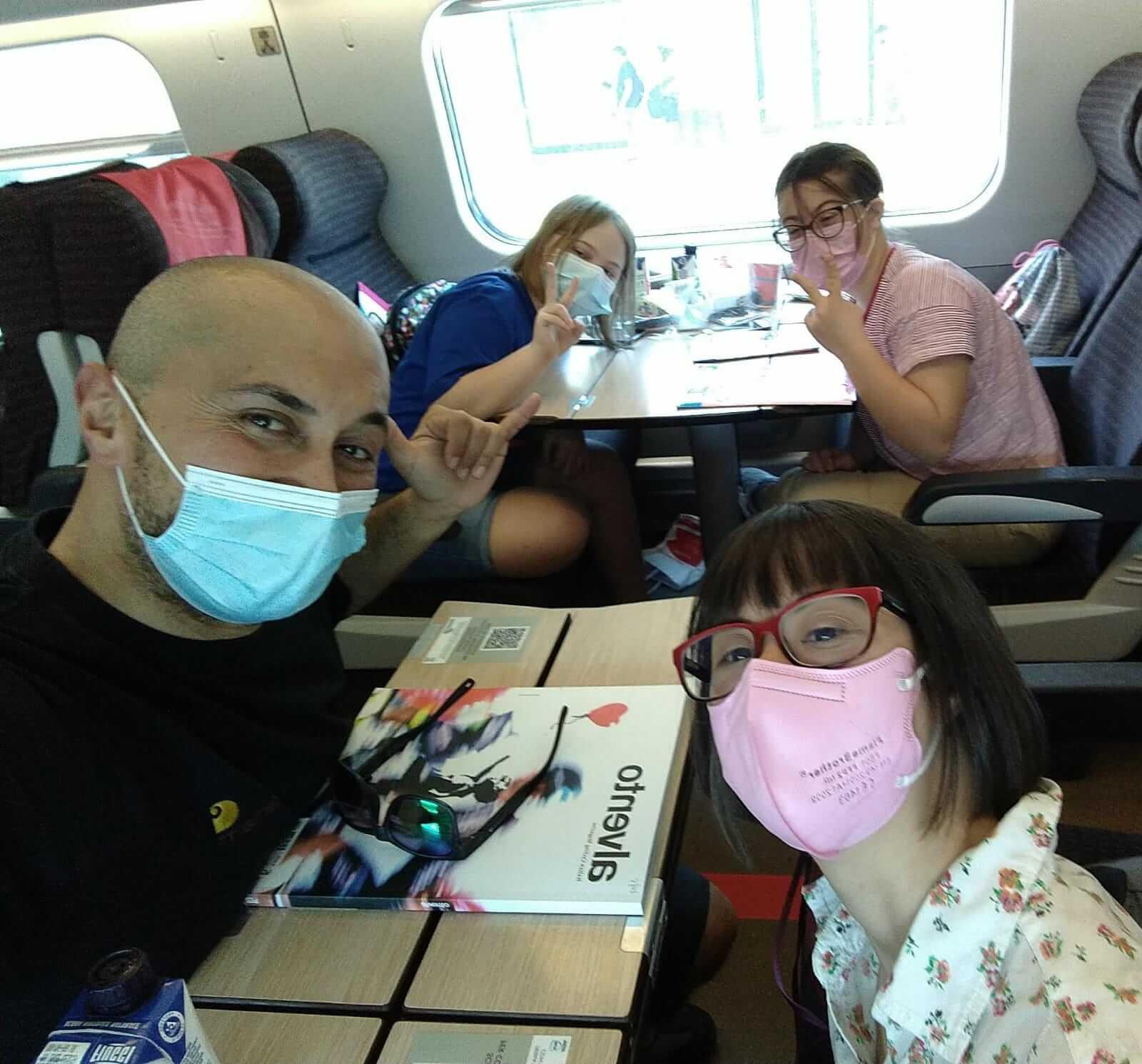 Giovani con sindrome di Down in treno