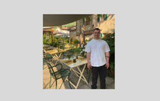 Ferico Ugolini, giovane con sindrome di Down di AIPD Versilia sul luogo dove svolge tirocinio