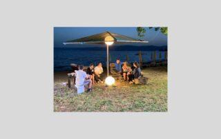 coppie di giovani con sindrome di Down a cena sulla spiaggia
